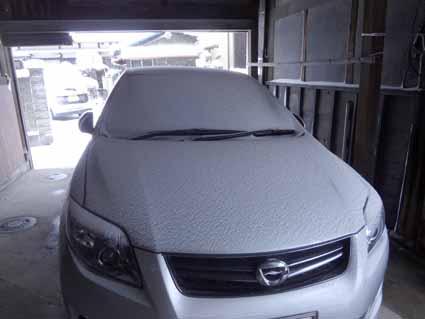 3.軒下駐車の車も真っ白.jpg
