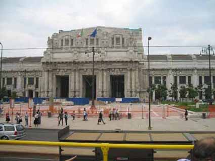 3ミラノ鉄道駅 ここから、マルペンサ空港へのリムジンバスが発着する.jpg