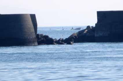 5、4の右側凹部の沖は漁船か0888.jpg